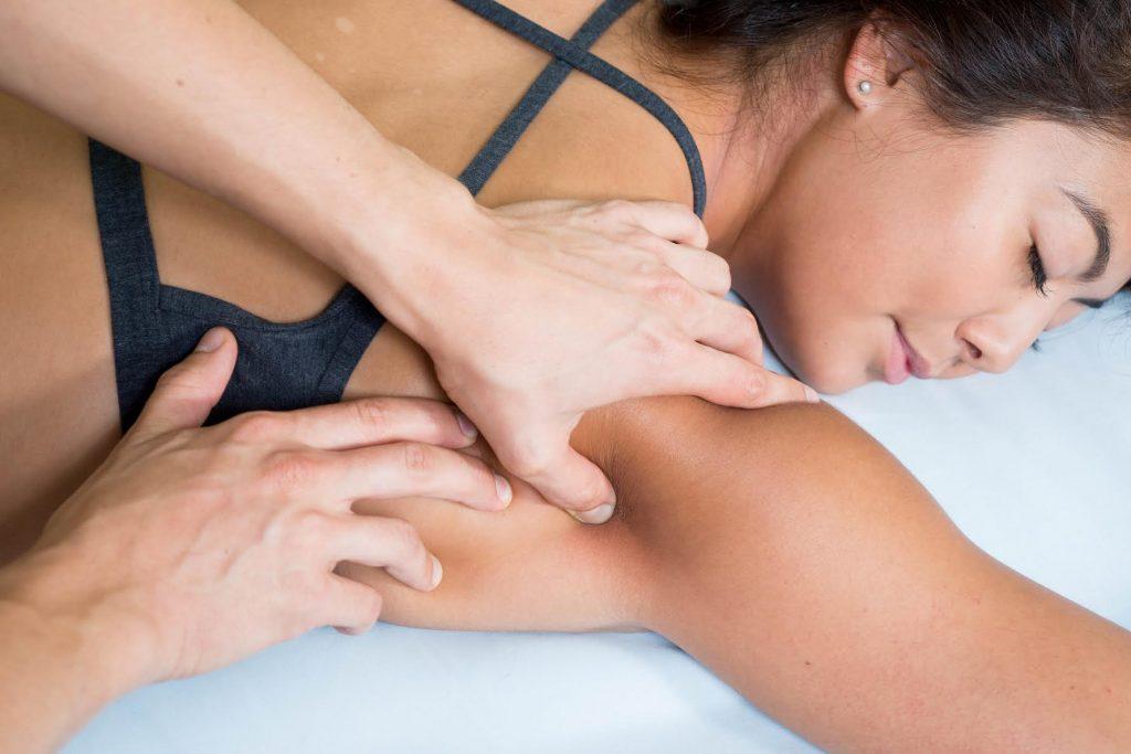 massage therapist massage woman